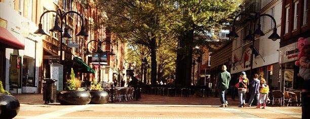 Charlottesville Historic Downtown Mall is one of Deanna 님이 저장한 장소.