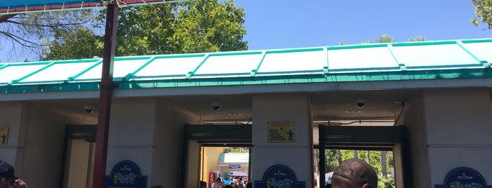 Six Flags Magic Mountain Metal Detectors is one of สถานที่ที่ Ghaida.H ถูกใจ.