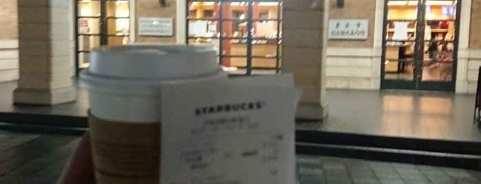 Starbucks is one of Esra : понравившиеся места.