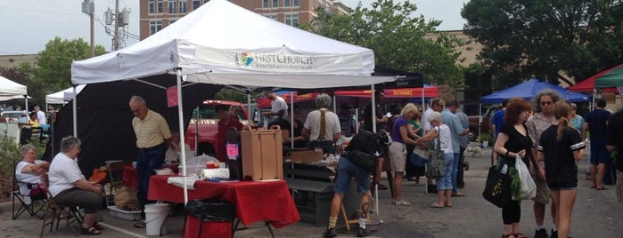 Lawrence Downtown Farmers Market is one of Lugares favoritos de Brian.