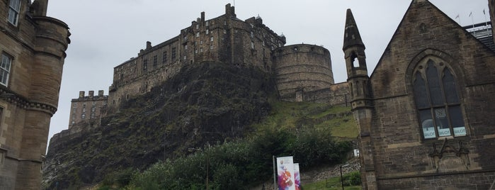 Edinburgh Castle is one of Orte, die Ryan gefallen.