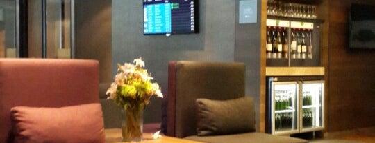 SLOW Lounge International Departures is one of Kristen'in Beğendiği Mekanlar.