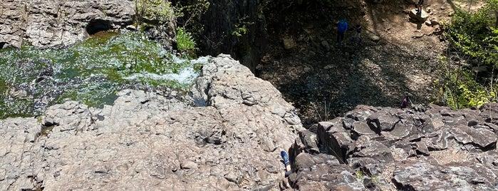 Hemlock Falls is one of Locais salvos de Lizzie.