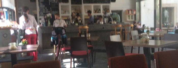 Café Neustadt is one of Orte, die Zeinab gefallen.