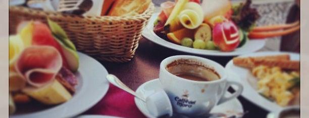 Café Alibi is one of Tempat yang Disukai Pelin.