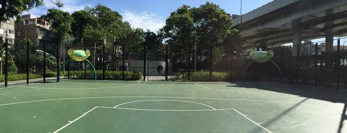 華山公園籃球場 Huashan Park is one of Lugares favoritos de Karmen.