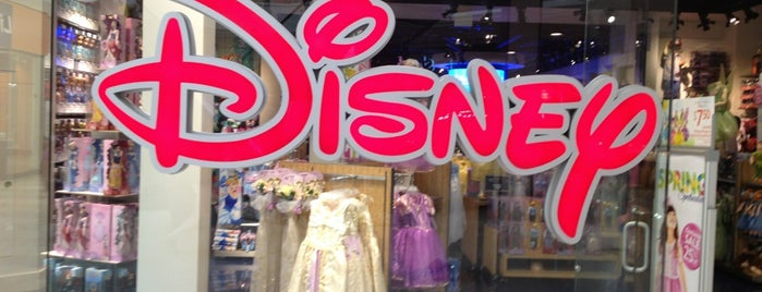 Disney store is one of Orte, die M. gefallen.