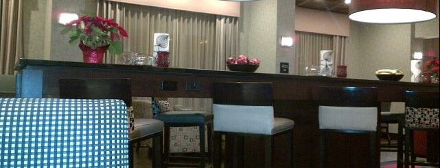 Hampton Inn & Suites is one of Tempat yang Disukai Amanda.