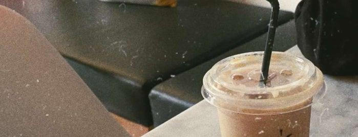 LÊÔN CAFE is one of Queen'in Kaydettiği Mekanlar.