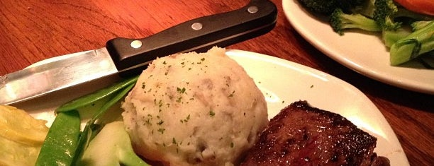 Outback Steakhouse is one of DanDanさんのお気に入りスポット.