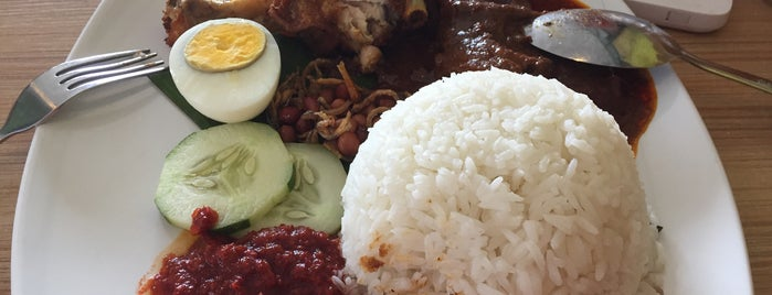 Hamberly Hills Nasi Lemak Antarabangsa Cafe is one of Orte, die S gefallen.