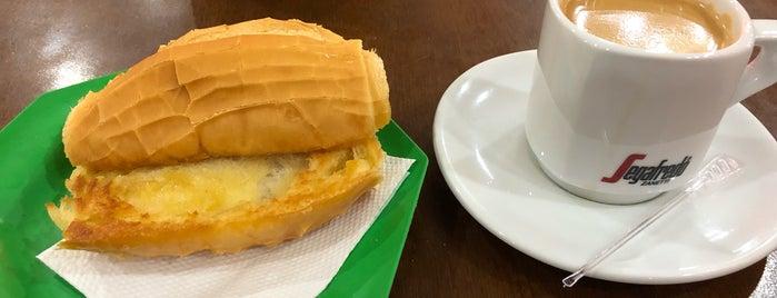 Le Café is one of Locais curtidos por Carina.