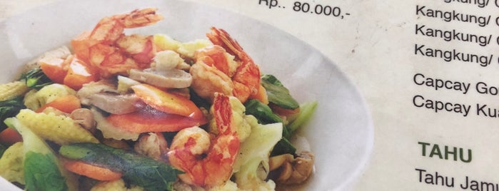 Mie Ayam Gondangdia is one of Locais curtidos por Arie.