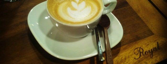 Royal Cafe & Bistro is one of Locais curtidos por EmRe 👑.