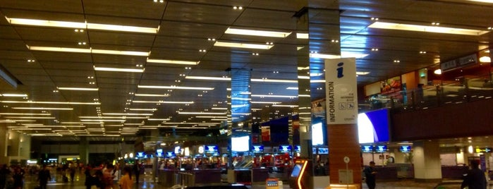 Bandar Udara Internasional Changi Singapura (SIN) is one of Tempat yang Disukai Alex.