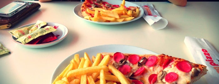 Pizza Pizza is one of Tempat yang Disukai Kökten.