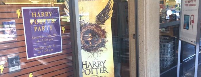 Stanford University Bookstore is one of Orte, die Omar gefallen.