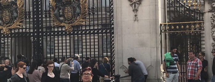 Buckingham Palace Gate is one of Lugares favoritos de Gio.