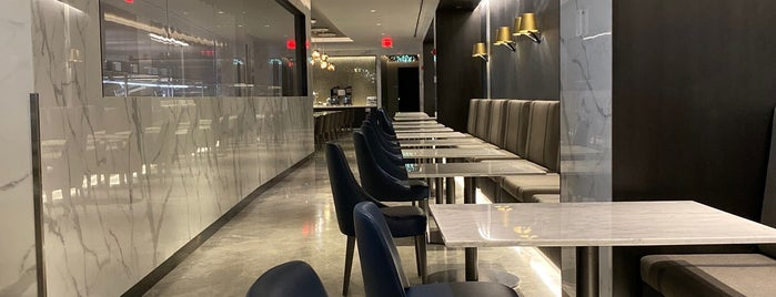 United Polaris Lounge is one of Lieux qui ont plu à Al.