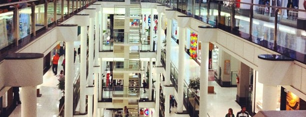 Shopping Curitiba is one of Locais curtidos por Claudio.