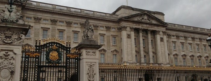 Buckingham Sarayı is one of Wher to go in London.