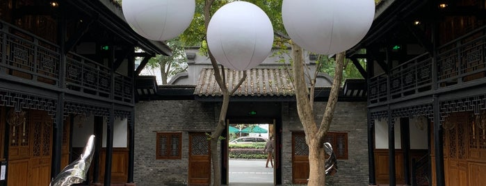 The Temple House is one of 성도.