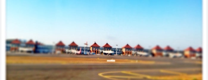 Ngurah Rai International Airport (DPS) is one of สถานที่ที่ Arie ถูกใจ.