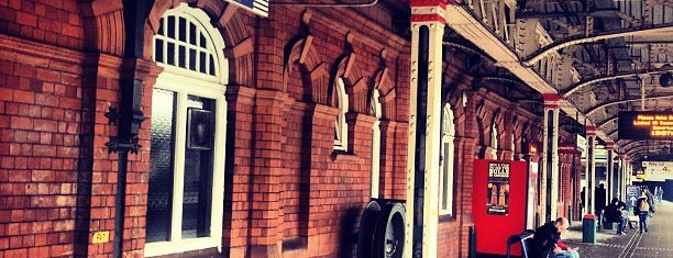 Nottingham Railway Station (NOT) is one of Tempat yang Disukai Henry.