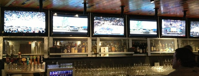 Knuckles Sports Bar is one of Lugares favoritos de Teresa.
