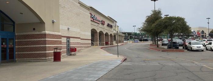 Bandera Pointe Shopping Center is one of Sergio M. 🇲🇽🇧🇷🇱🇷'ın Beğendiği Mekanlar.