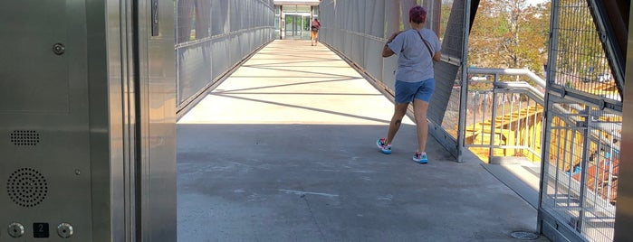 Lafayette St Pedestrian Bridge is one of Orte, die Laura gefallen.