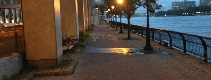 East Side River Walk is one of สถานที่ที่ Cindy ถูกใจ.