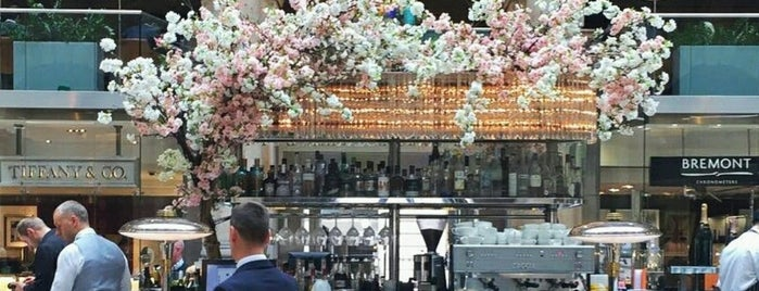 The Fortnum's Bar & Restaurant is one of Lugares favoritos de clive.