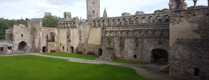 St Davids Bishop's Palace is one of Posti che sono piaciuti a Carl.