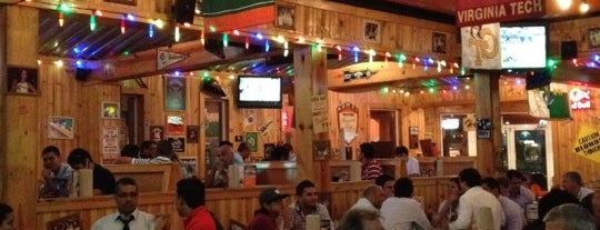 Hooters is one of Locais curtidos por Joaquin.