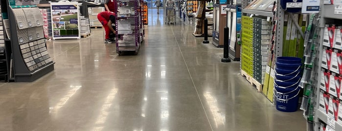 Lowe's is one of Lugares favoritos de Lovely.