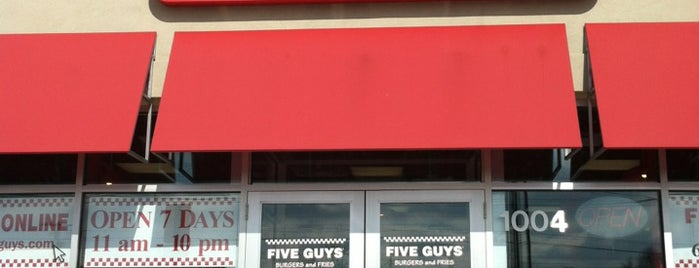 Five Guys is one of Johnさんのお気に入りスポット.