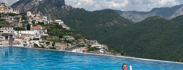 Pool Hotel Caruso is one of สถานที่ที่ Tim ถูกใจ.