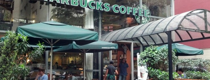 Starbucks is one of Lieux qui ont plu à Tarzan.
