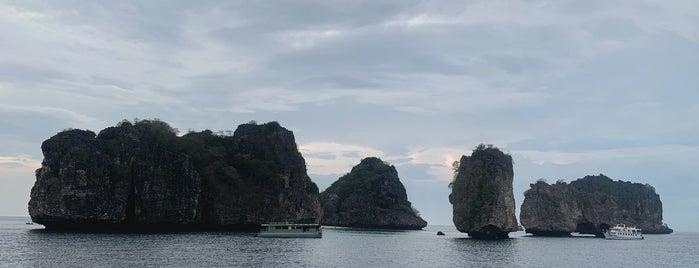 Koh Ha Lagoon is one of สถานที่ที่ Huang ถูกใจ.