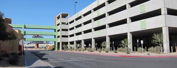 Parking Garage A is one of Orte, die Jaqueline gefallen.