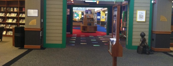 West Bloomfield Township Public Library is one of 🌸Kiesha🌸 : понравившиеся места.