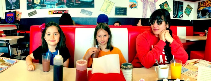 Route 42 Diner & Dairy Bar is one of Lugares favoritos de Steve.