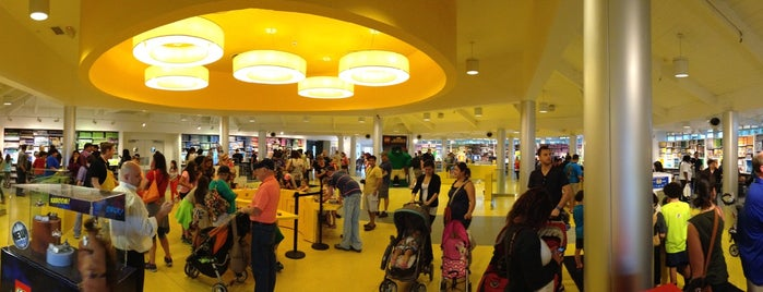 The LEGO Store is one of สถานที่ที่ Steve ถูกใจ.