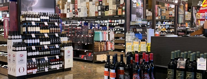 Total Wine & More is one of Lugares favoritos de Ian.