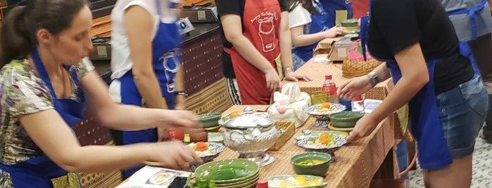 Sompong Thai Cooking School is one of Locais salvos de Cynthia.