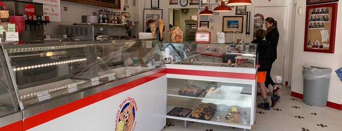 Bonnie Brae Ice Cream is one of Lugares favoritos de Max.