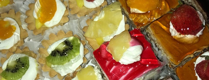 Sahebqaraniyeh Pastry Shop   نان و شیرینی صاحبقرانیه is one of Parastoo 님이 좋아한 장소.