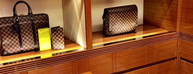Louis Vuitton is one of Tempat yang Disukai Ozzy Green.