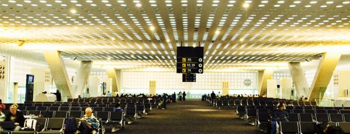 Aeropuerto Internacional de la Ciudad de México (MEX) is one of Lugares favoritos de Oscar.